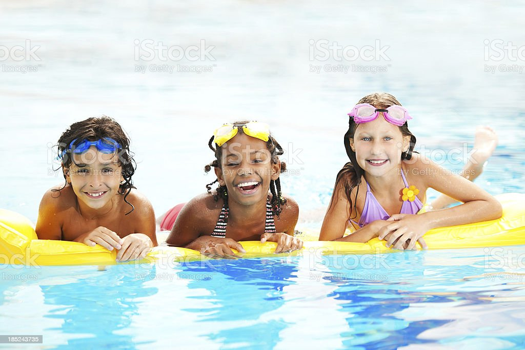 Diversi bambini felici in un pool - foto stock