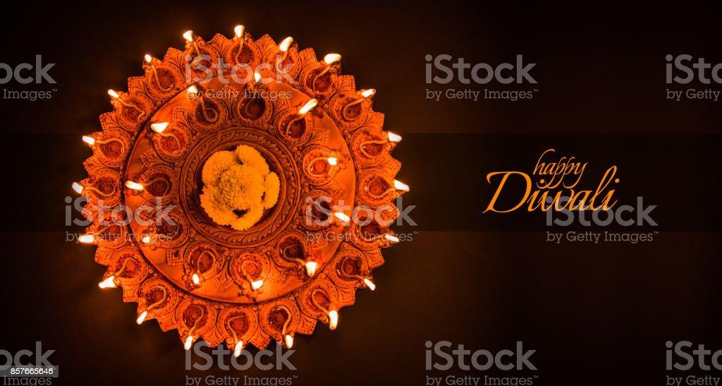 Feliz Diwali cartão design usando argila linda diya lâmpadas acesas na noite de diwali celebração.  Festival de luz Hindu indiano chamado Diwali, um festival de luz - foto de acervo