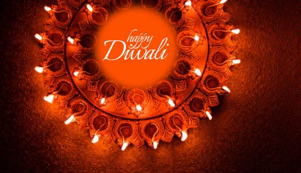 Happy Diwali Grußkarte Design mit schönen Tonlampen Diya an Diwali Nacht Feier angezündet.  Indischen Hindu Light Festival namens Diwali, ein Festival des Lichts – Foto
