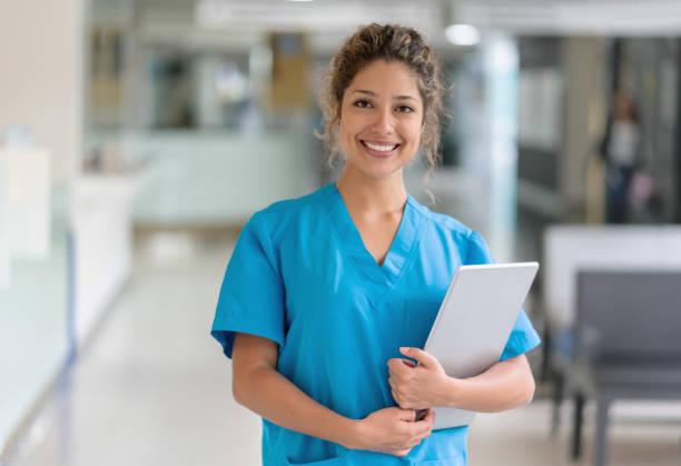 Glücklicher Arzt arbeitet im Krankenhaus – Foto