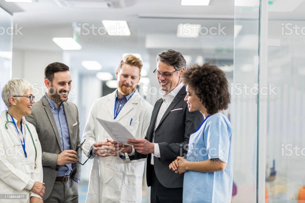 Zufrieden Ärzte und Geschäftsleute Lesen von medizinischen Daten im Krankenhaus. - Lizenzfrei Afro-Amerikanischer Herkunft Stock-Foto