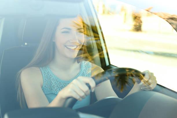 Zufriedener Fahrer Autofahren – Foto