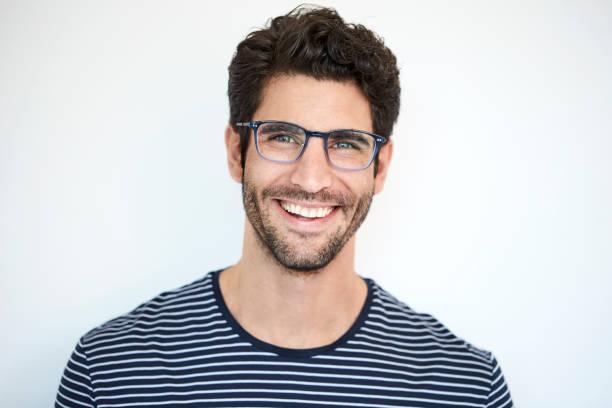 glücklichen kerl in streifen - junger mann stock-fotos und bilder