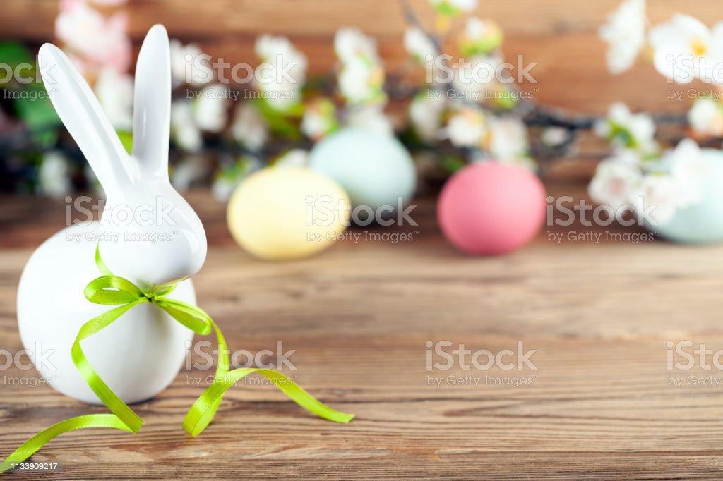 Fröhlicher Osterhintergrund mit Osterhasen, Ostereiern und Blumen – Foto