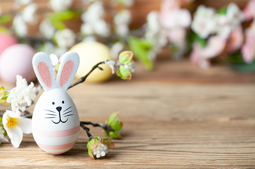 Happy easter background with easter bunny, easter eggs and flowers