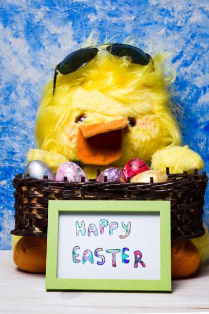 glücklich osterkarte mit spielzeug huhn und bemalten eiern - lustiges huhn bilder stock-fotos und bilder