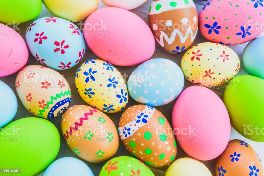 Frohe Ostern!  Closeup bunte Ostern Eiern Hintergrund. Glückliche Familie Vorbereitung auf Ostern. – Foto