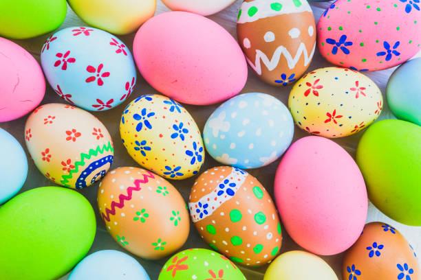 행복 한 부활절!  근접 촬영 다채로운 부활절 달걀 배경입니다. 행복 한 가족 부활절을 위한 준비입니다. - 부활절 달걀 뉴스 사진 이미지