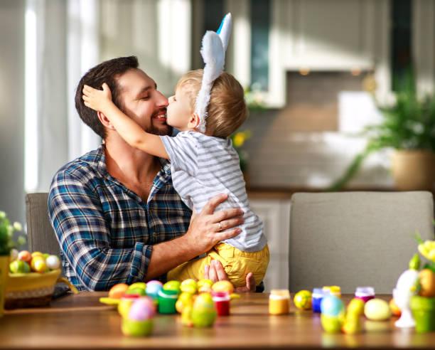Happy Osterei! Familienvater und Kind mit Ohrenhaken bereiten sich auf Urlaub vor – Foto