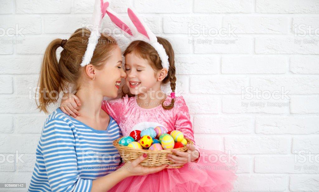 Frohe Ostern! Familie Mutter und Kind Tochter mit Ohren Hase immer bereit für Urlaub – Foto