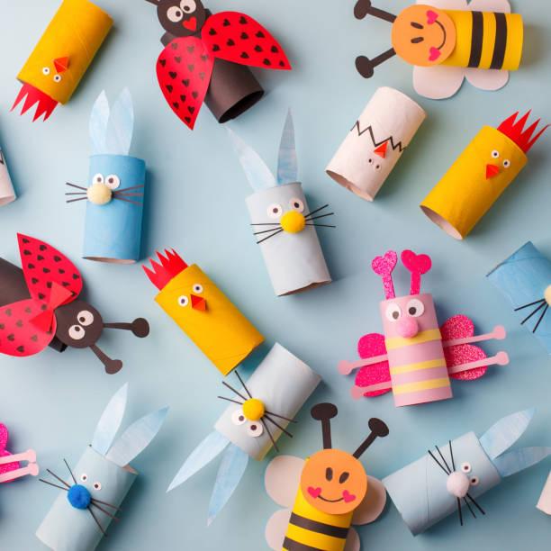 frohe ostern kindergarten dekoration konzept - kaninchen, huhn, ei, bienen aus toilettenpapier rollenrohr. einfache diy kreative idee. umweltfreundliche wiederverwendung recycling-dekor, kita-papier handwerk - handgemacht stock-fotos und bilder
