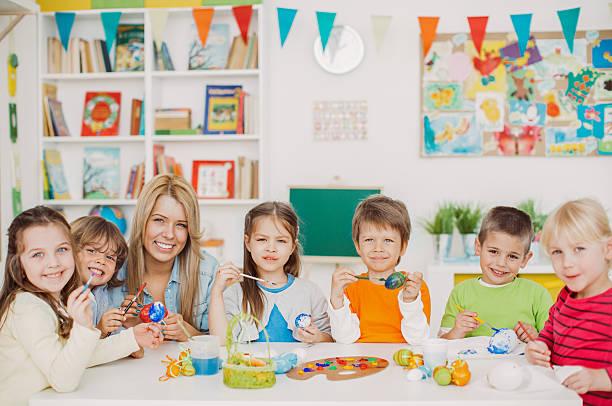 frohe ostern! - kindergarten workshop stock-fotos und bilder