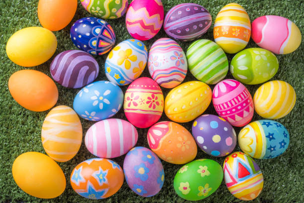 페인트 브러시에서 다채로운 달걀과 함께 행복한 부활절을 위해 꼭대기에서 가까이에서 잔디에 자신을 할 수 있습니다. - 부활절 달걀 뉴스 사진 이미지