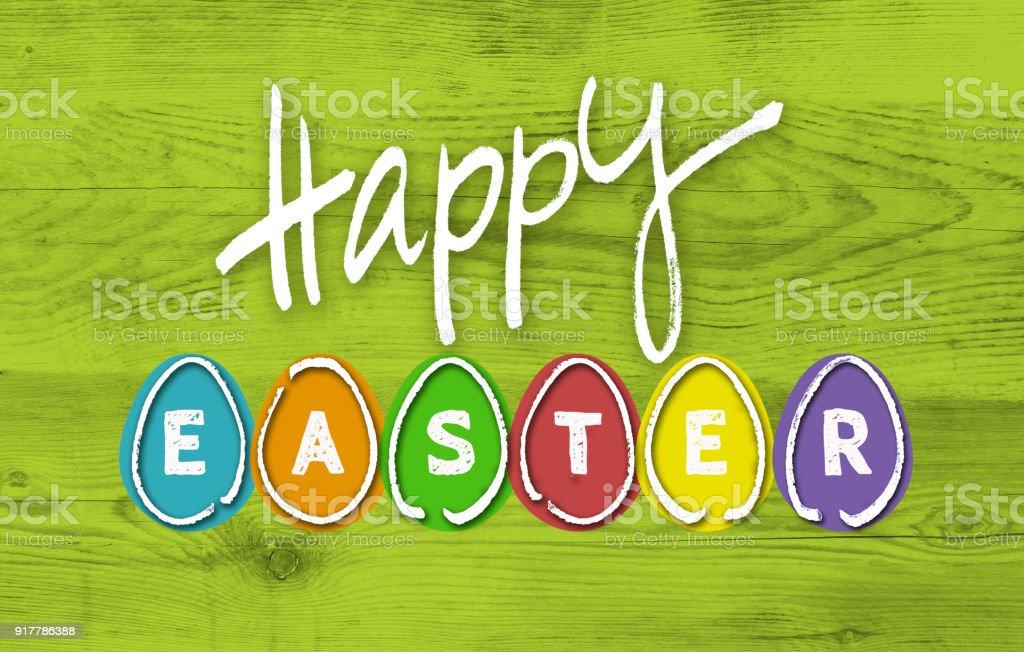 Happy Eastern mit bunten Eiern auf Grünholz – Foto