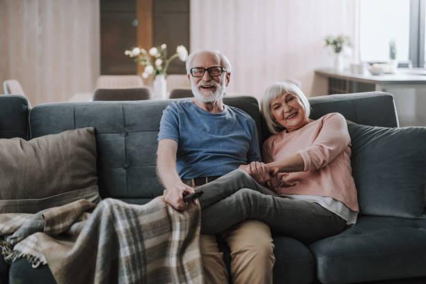 pares mais velhos felizes que apreciam o tempo junto em casa - old man - fotografias e filmes do acervo