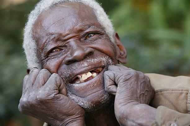 happy elderly afrikanische mann porträt - zahnlücke stock-fotos und bilder