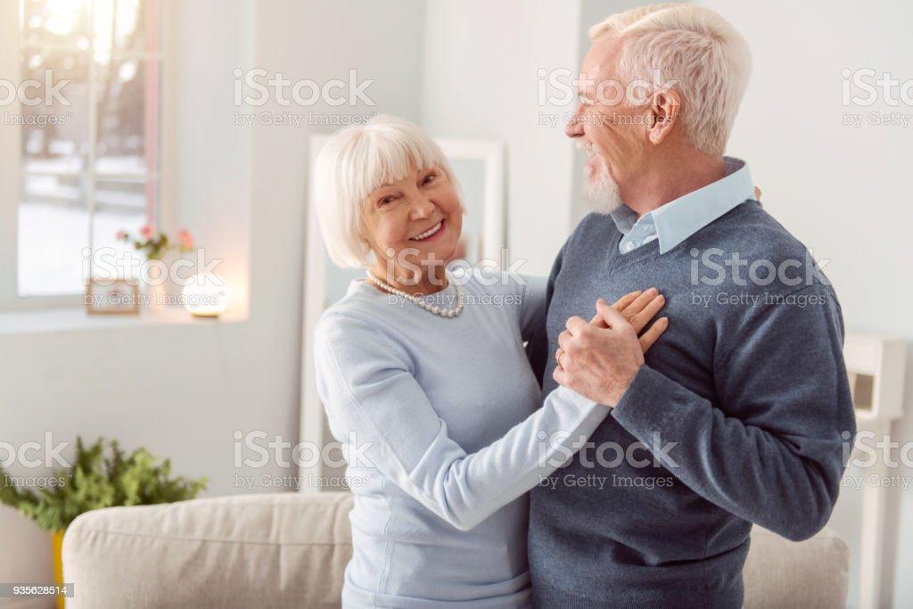 Gerne älteres Ehepaar Walzer tanzen und Lächeln – Foto