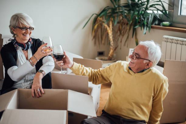 gerne älteres ehepaar umzug in neue wohnung - seniorenwohnungen stock-fotos und bilder