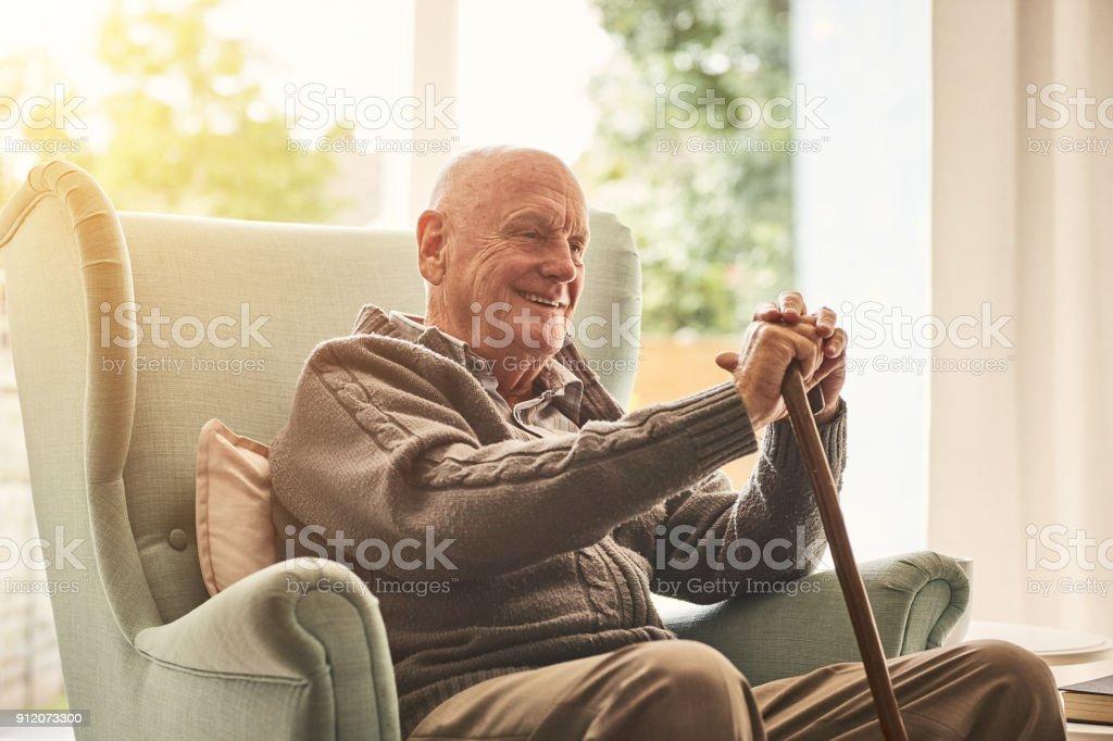 Glücklich älterer Mann sitzt zu Hause – Foto