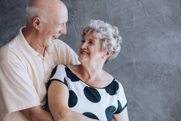 glückliche ältere menschen paar - rentenpunkte stock-fotos und bilder