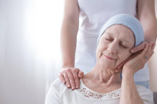glückliche ältere frau mit krebs - hospiz stock-fotos und bilder