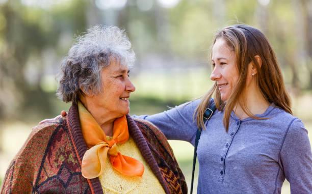 Glückliche ältere Frau mit ihrer Tochter – Foto