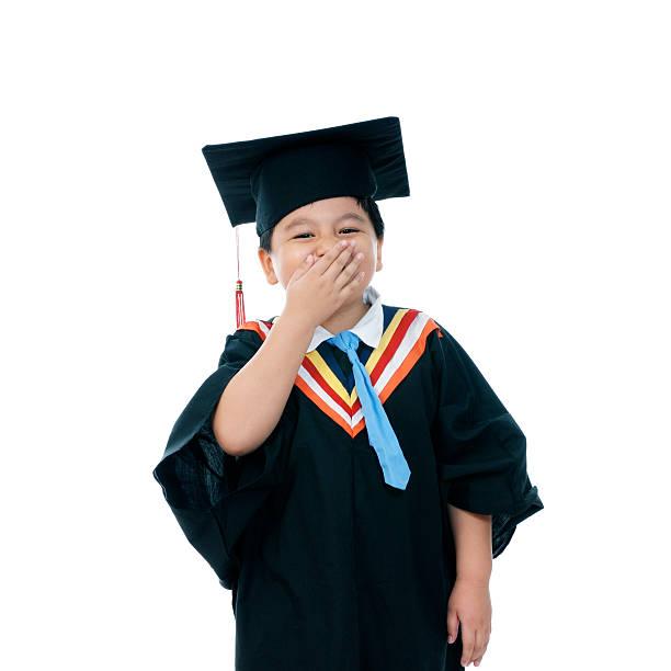 Happy elementary Schulkind-Nur Jungen mit seiner hand über dem Mund – Foto