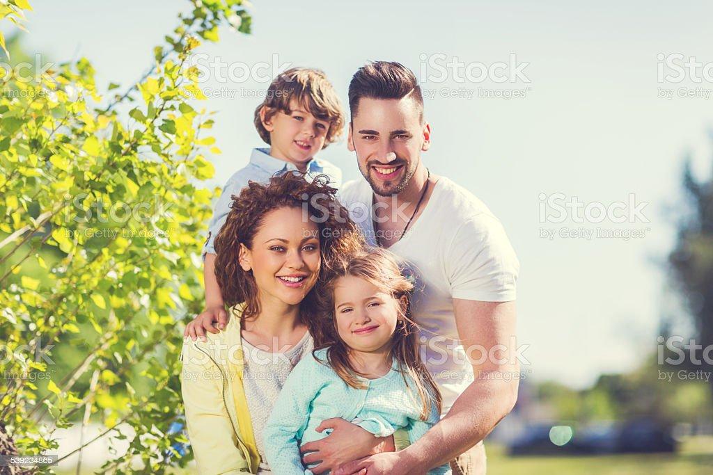 Rodeado de familia feliz en la naturaleza. foto de stock libre de derechos