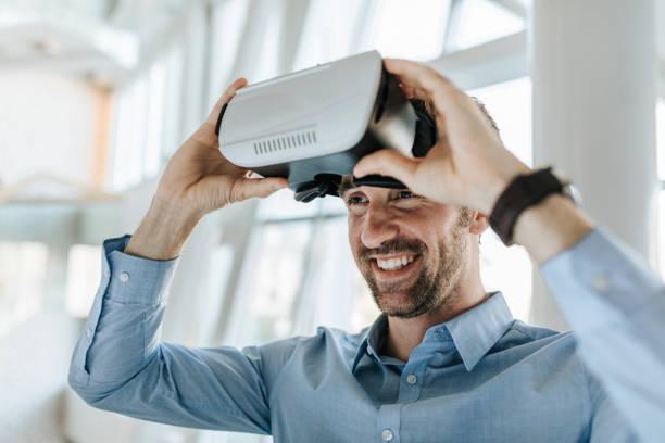 mutlu girişimci sanal gerçeklik simülatörü kullanırken eğleniyor. - sanal gerçeklik stok fotoğraflar ve resimler