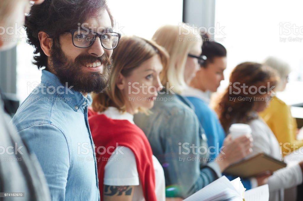 Glücklicher Mann aufgeregt warten wiederum in Zeile – Foto
