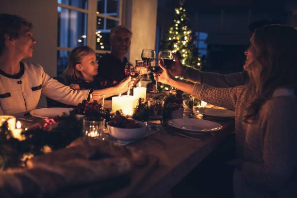 glückliche großfamilie, die weihnachts-dinner zu hause - kinderzimmer tischleuchten stock-fotos und bilder