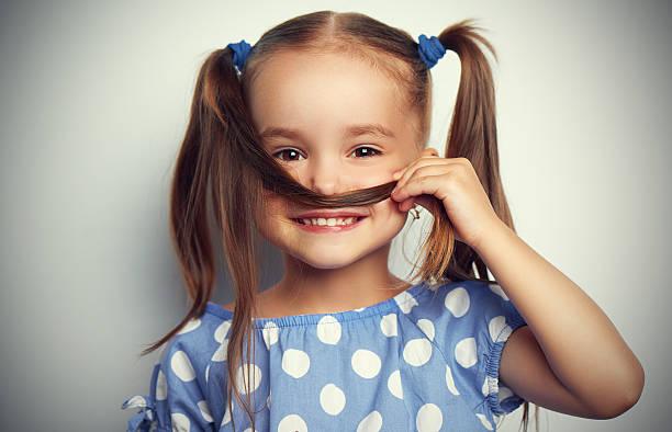 glückliches gesicht lustige kind mädchen in blau - kleinkind frisur stock-fotos und bilder