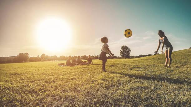 glückliche familien beim picknick im natur park im freien - junge eltern spaß zusammen mit kindern im sommer - positive stimmung und food konzept - richtige mensch im mittelpunkt - kinder picknick spiele stock-fotos und bilder