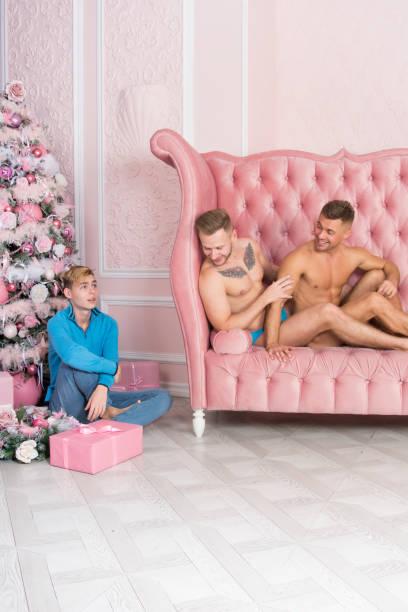 glückliche familie und weihnachten. - geschenke eltern weihnachten stock-fotos und bilder