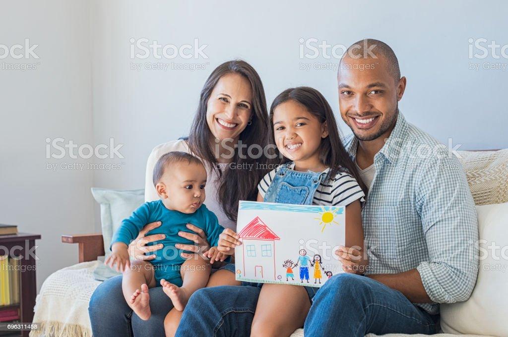 Famille heureuse et nouvelle maison photo libre de droits