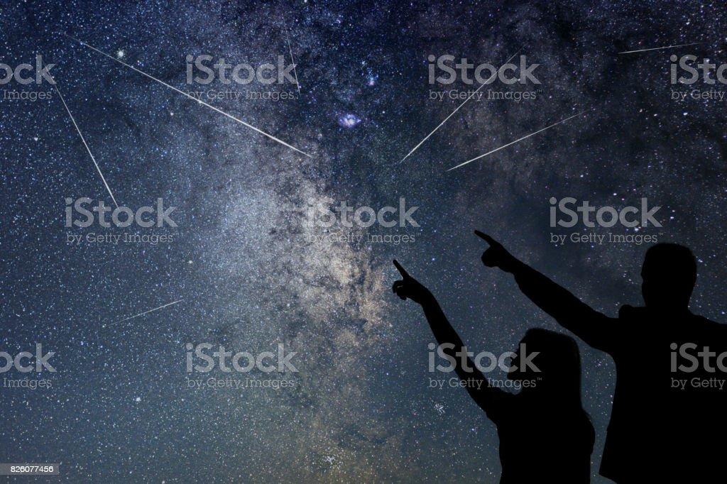 Glückliche Familie beobachten Meteorschauer. Nahe Himmel. – Foto