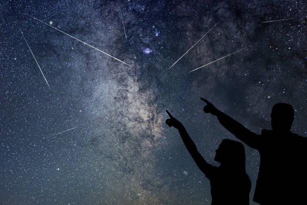 glückliche familie beobachten meteorschauer. nahe himmel. - mädchen dusche stock-fotos und bilder