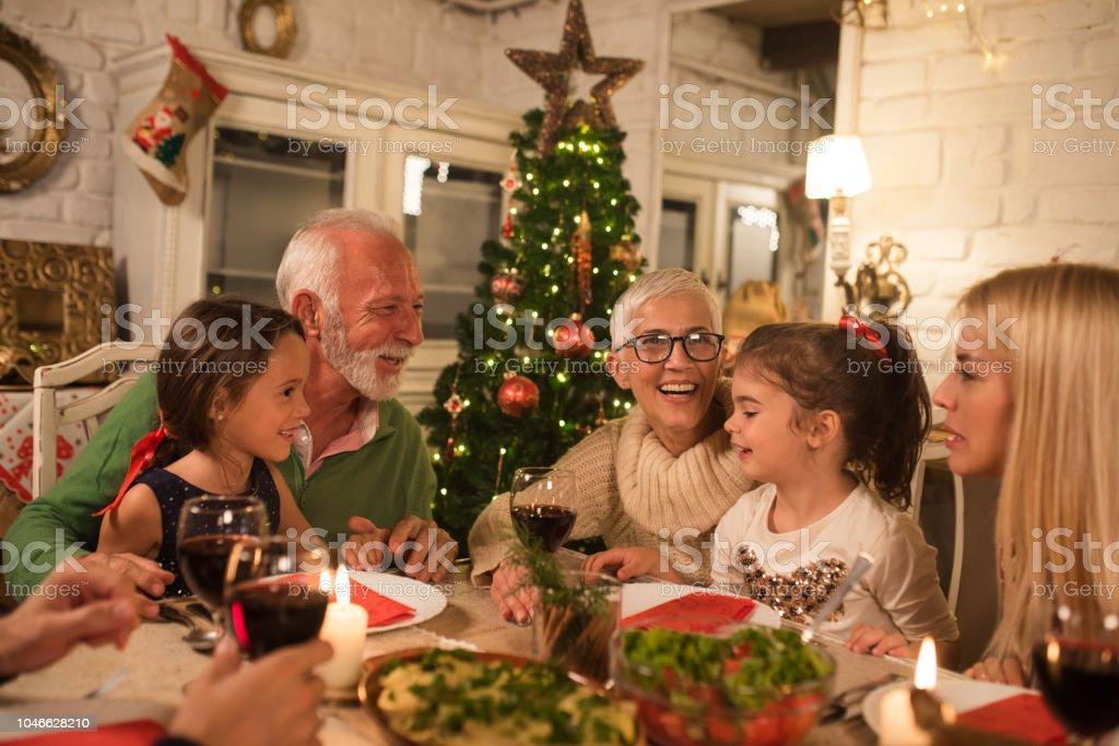Gelukkige familie op kerst diner party foto