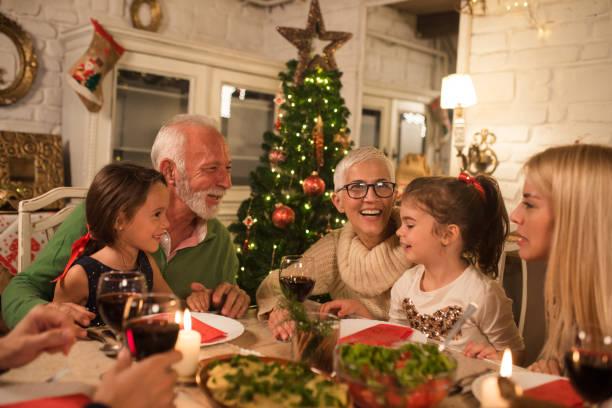 happy family at christmas dinner party - kolacja spotkanie towarzyskie zdjęcia i obrazy z banku zdjęć