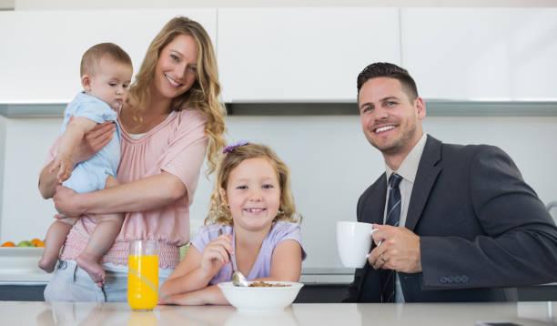 happy family im tisch im haus - innocent saft stock-fotos und bilder