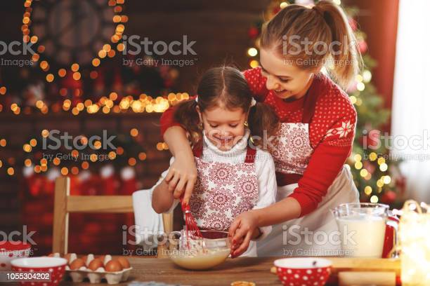 Happy family bake christmas cookies picture id1055304202?b=1&k=6&m=1055304202&s=612x612&h=p91zx6j1cpr8c1giqscrvqv3daftm7g3ytpqukdjfya=