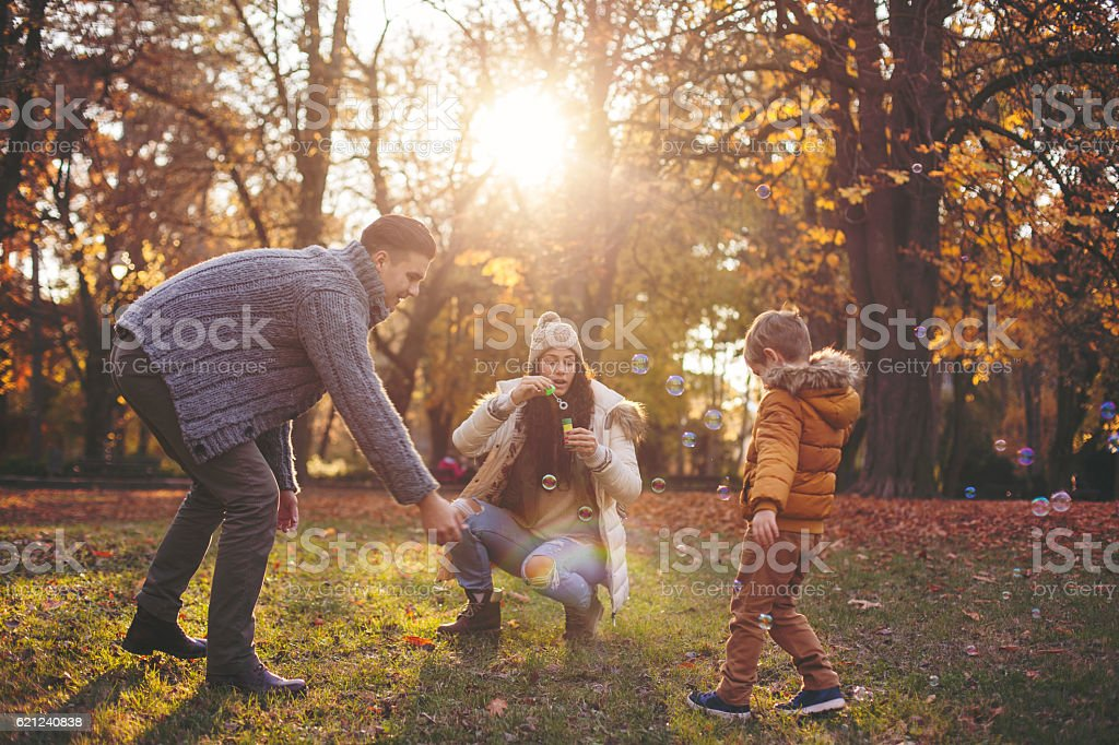 Happy family blowing bubbles – Foto