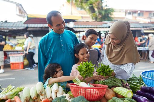 Lycklig Familj Att Köpa Bladgrönsak På Stall-foton och fler bilder på 10-11 år
