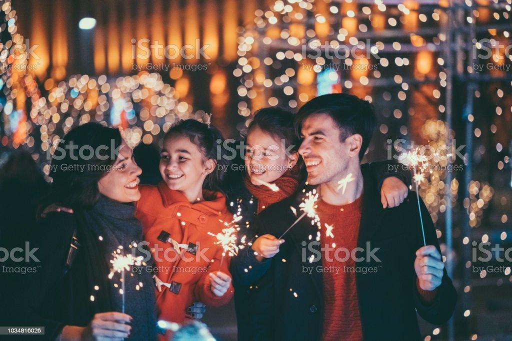 Glückliche Familie feiern Weihnachten und Neujahr – Foto