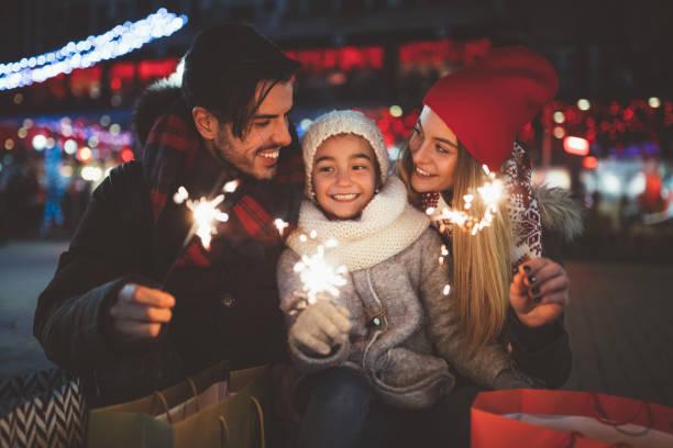 vieren van kerstmis en gelukkige familie - christmas family stockfoto's en -beelden