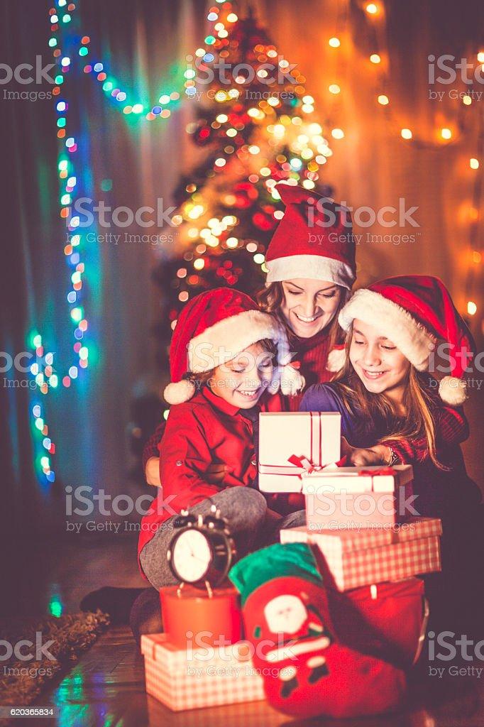 Feliz família Celebrando o Natal foto de stock royalty-free