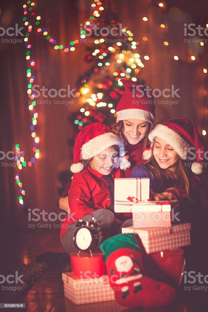 Szczęśliwa Rodzina świętować Boże Narodzenie zbiór zdjęć royalty-free