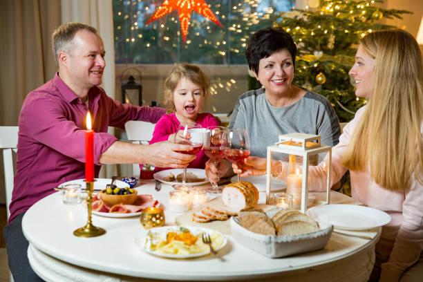 glückliche familie weihnachten zu feiern - kinderzimmer tischleuchten stock-fotos und bilder