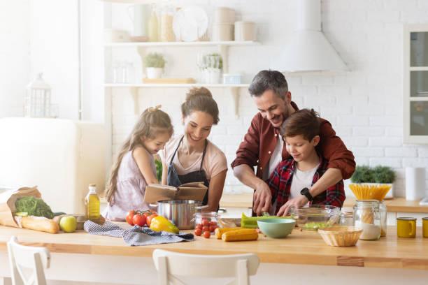 buona cucina di famiglia insieme sulla cucina di casa - cucinare foto e immagini stock