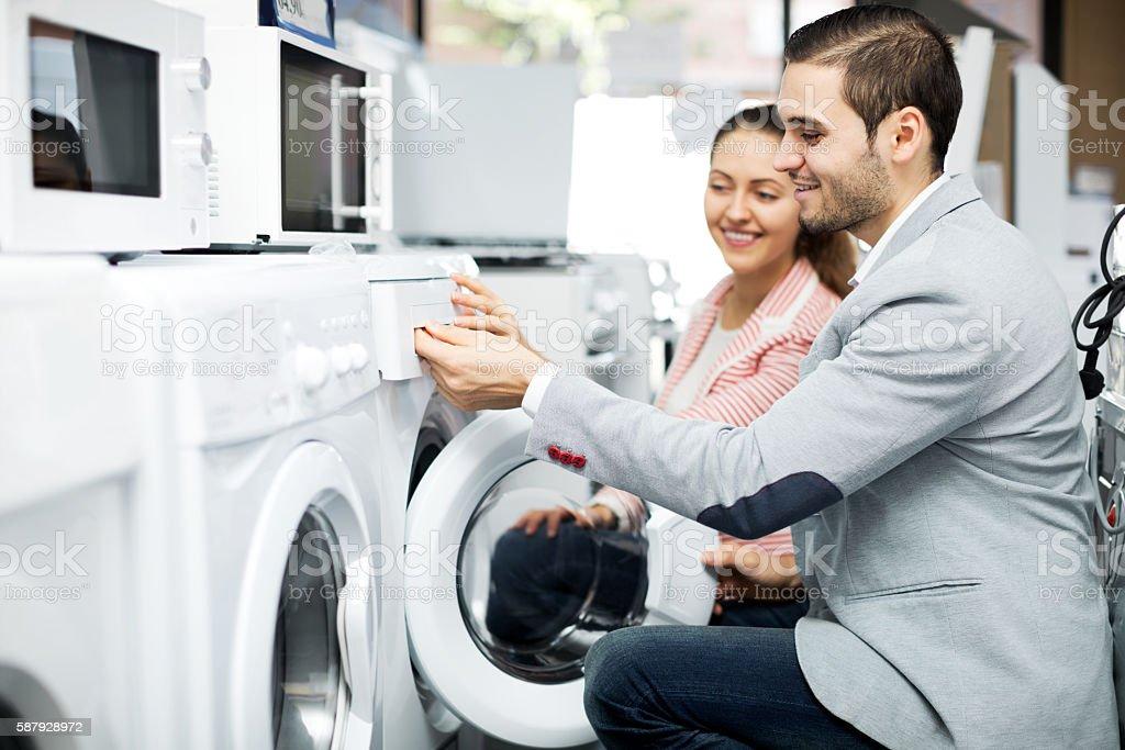 Família feliz casal compra de roupas novas Lavadora foto royalty-free